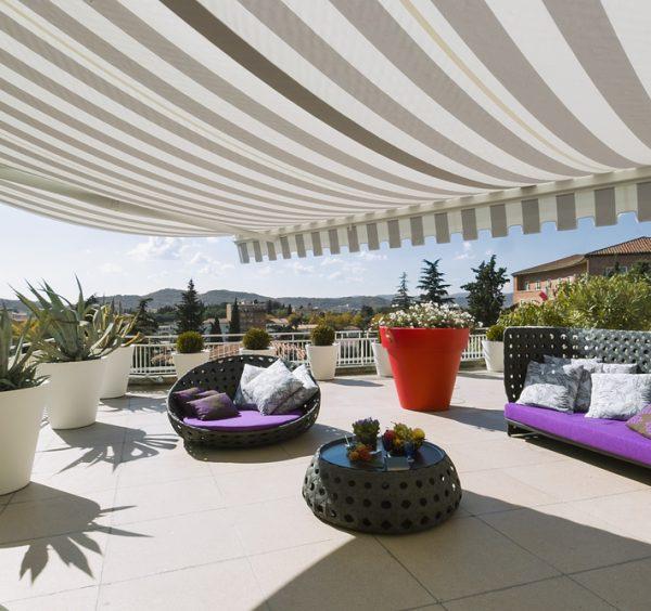 Rolety pre strešné okná a markízy – efektívna ochrana pred slnkom