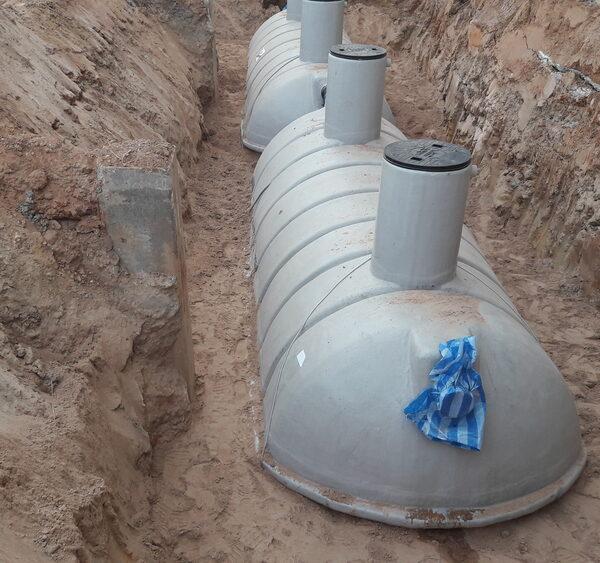 Vyriešte problémy s absenciou kanalizačnej prípojky a s nedostatkom dažďovej vody na polievanie záhrady